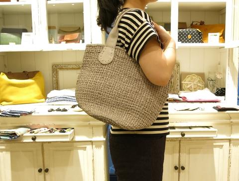 革のかごバッグが新鮮です。_c0227633_1147941.jpg