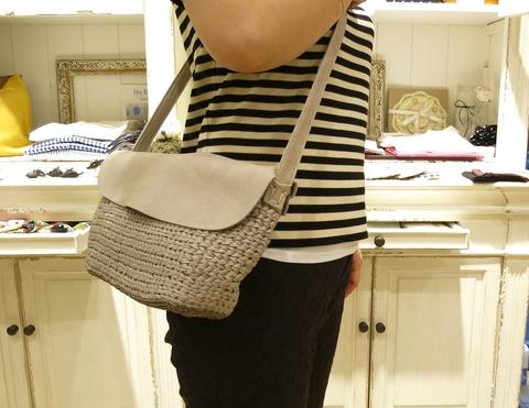 革のかごバッグが新鮮です。_c0227633_1148299.jpg