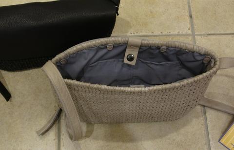 革のかごバッグが新鮮です。_c0227633_11513987.jpg