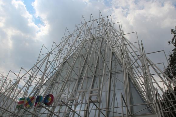 SKY140707 ミラノ旧市街の北西部の広大なセンピオーネ公園の入り口に建つスフォルツェスコ城へ。_d0288367_21413910.jpg