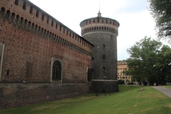 SKY140707 ミラノ旧市街の北西部の広大なセンピオーネ公園の入り口に建つスフォルツェスコ城へ。_d0288367_21452513.jpg