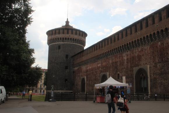 SKY140707 ミラノ旧市街の北西部の広大なセンピオーネ公園の入り口に建つスフォルツェスコ城へ。_d0288367_21455582.jpg