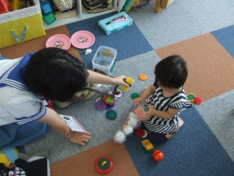 中学生のお姉さんがナイストライで託児室に体験学習に来てくれましたよ~♪♪_b0228113_1463110.jpg
