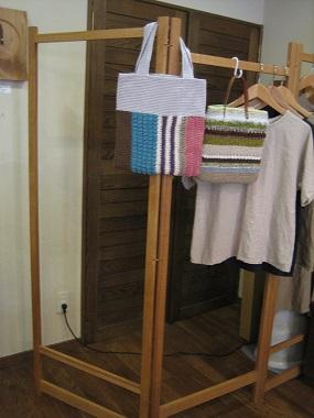 手編みバックと木製ハンガー掛け_b0100229_15355550.jpg