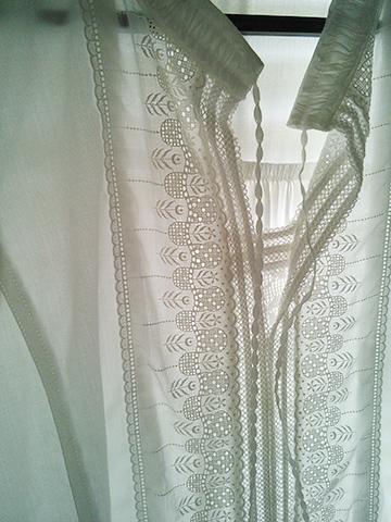 日差しを通す白いシャツブラウス_c0126189_1045172.jpg