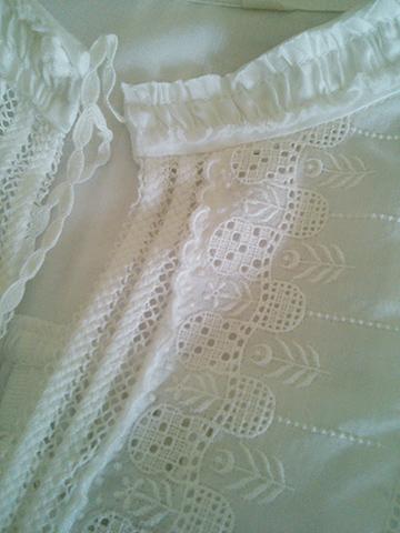 日差しを通す白いシャツブラウス_c0126189_1046516.jpg