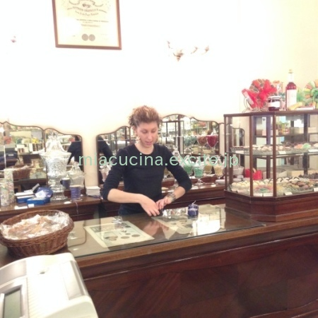 イタリア食旅行記⑦ ジェノヴァ町歩き(お菓子・お惣菜・キッチン用品など)_b0107003_09220423.jpg