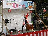 久しぶりの夏祭り、出ましたバナナのたたき売り!歌あり踊りあり、訴えあり…_c0133422_22522619.jpg
