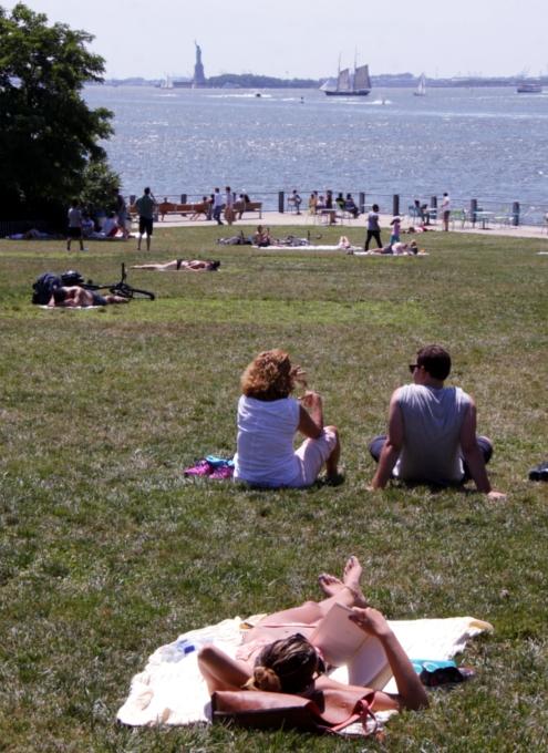 ブルックリン・ブリッジ・パーク特集(6):芝生広場で日光浴_b0007805_149165.jpg