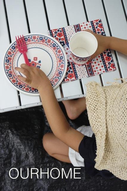 軽くて高さも変えられてたためるアウトドアテーブル&かわいい紙食器たち