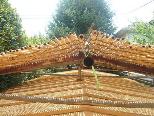 屋根によしずをはりました。_f0206733_1113201.jpg