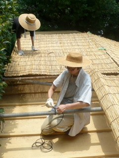 屋根によしずをはりました。_f0206733_11261973.jpg