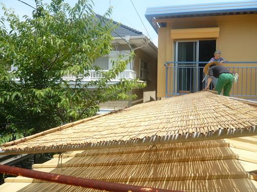 屋根によしずをはりました。_f0206733_11321416.jpg