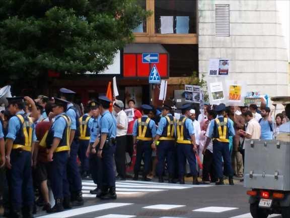 ガザ殺戮 7/25 イスラエル大使館前で1日2連続抗議 初のデモ行進も_c0024539_1224386.jpg
