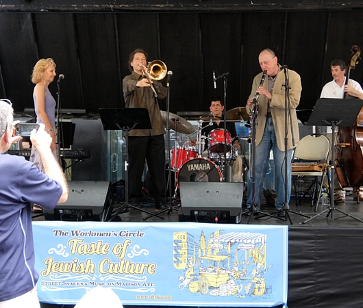 NYのストリート・フェアで世界の音楽を楽しもう Taste of Jewish Culture_b0007805_23325533.jpg