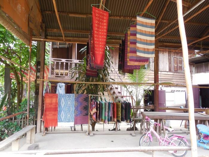 ルアンパバーン郊外の織物の村_d0116009_1173688.jpg