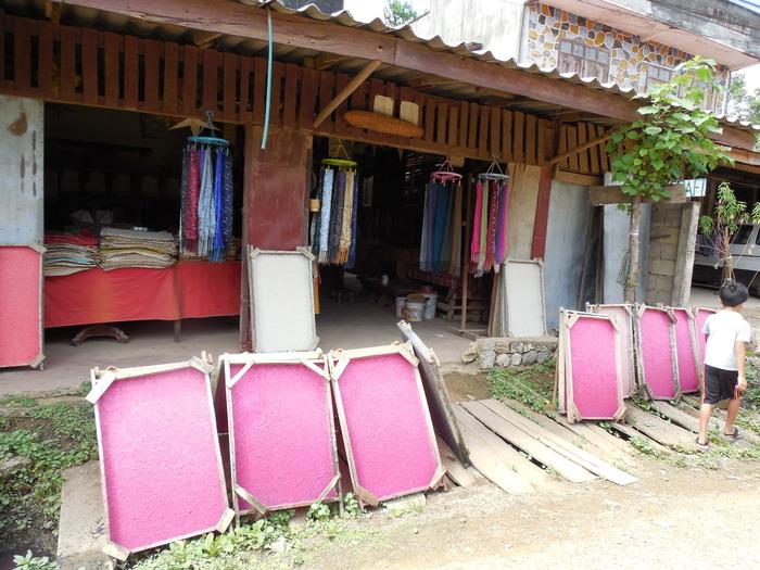ルアンパバーン郊外の織物の村_d0116009_125765.jpg