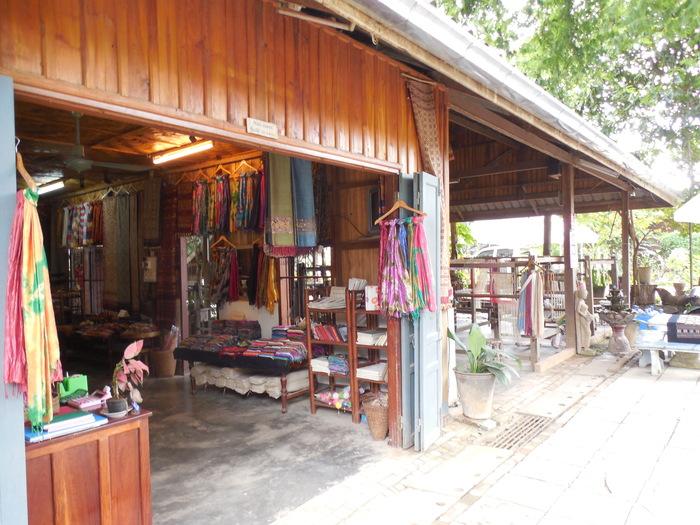 ルアンパバーン郊外の織物の村_d0116009_1313468.jpg