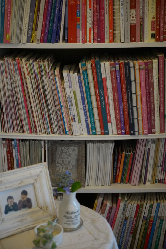 刺繍やカルトナージュの本棚スペースを作りました_a0157409_09173413.jpg