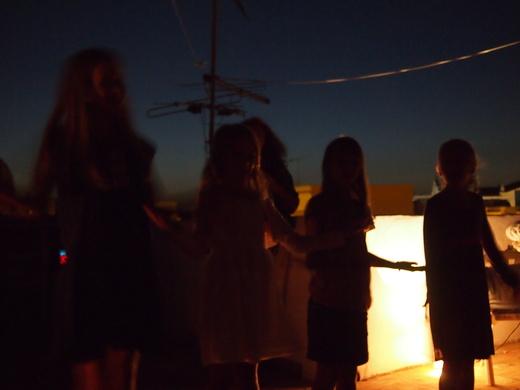 寒い夏のパーティーも、子供たちのスペクタクルで盛り上がる_f0152733_18484566.jpg