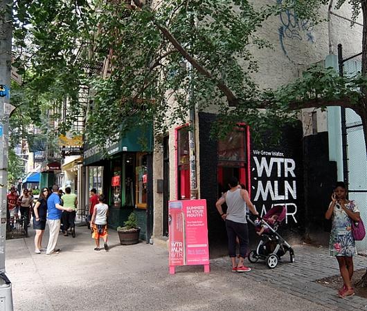 NYの街角に登場したスイカ・ウォーター飲料のとても小さな直販店_b0007805_7363062.jpg