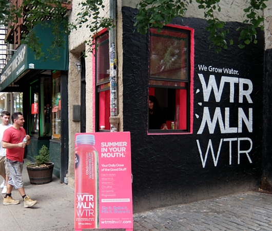 NYの街角に登場したスイカ・ウォーター飲料のとても小さな直販店_b0007805_818334.jpg