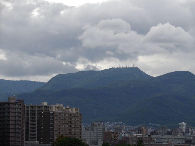 降りそうで降らない連続7日真夏日の札幌_c0025115_1923927.jpg