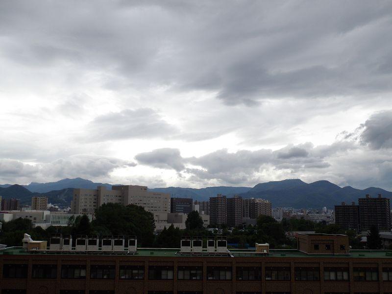 降りそうで降らない連続7日真夏日の札幌_c0025115_1944838.jpg