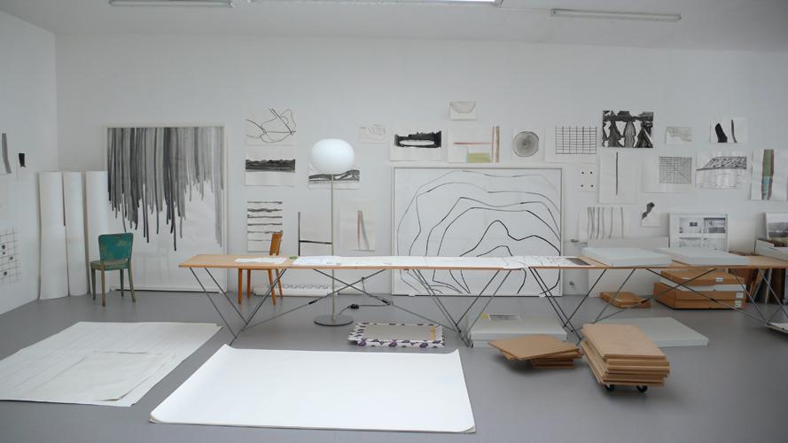 Sylvia Bächli(シルヴィア・ベッヒュリ)のスタジオのテーブル_b0074416_2243994.jpg