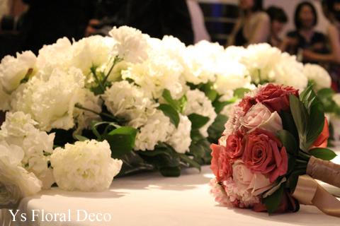 バラとスカビオザのクラッチブーケ シックなトーンのピンク色_b0113510_19433434.jpg