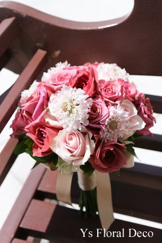 バラとスカビオザのクラッチブーケ シックなトーンのピンク色_b0113510_1943521.jpg