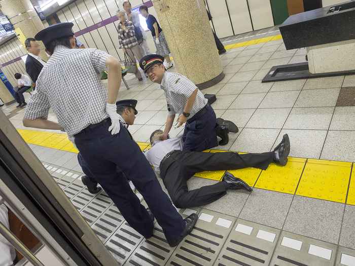 ホームで突然倒れた乗客を偶然居合わせたプロカメラマンが激写 Twitter民よ これが写真だ!