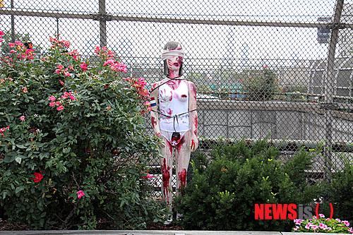 恐怖のジョーク一発!:韓国人のレイプマネキンがエボラ出血熱マネキンになる日!_e0171614_10561324.jpg