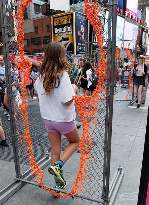 NYタイムズ・スクエアに登場中のフェンスのアート作品 Nearness_b0007805_21254072.jpg