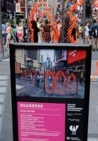 NYタイムズ・スクエアに登場中のフェンスのアート作品 Nearness_b0007805_21254971.jpg