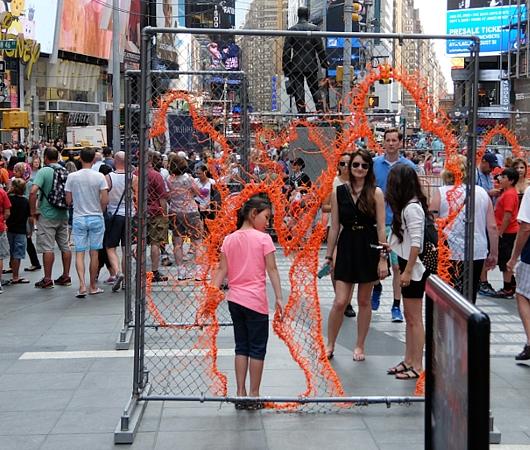 NYタイムズ・スクエアに登場中のフェンスのアート作品 Nearness_b0007805_2126174.jpg
