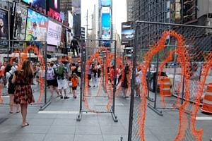 NYタイムズ・スクエアに登場中のフェンスのアート作品 Nearness_b0007805_21262100.jpg