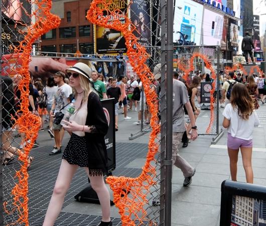 NYタイムズ・スクエアに登場中のフェンスのアート作品 Nearness_b0007805_21262766.jpg