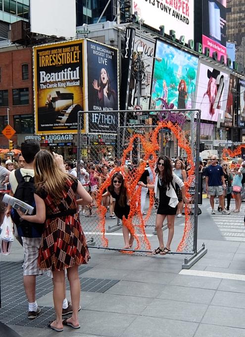 NYタイムズ・スクエアに登場中のフェンスのアート作品 Nearness_b0007805_21264984.jpg