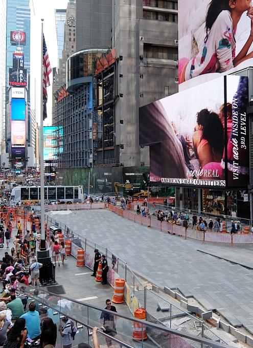 NYタイムズ・スクエアに登場中のフェンスのアート作品 Nearness_b0007805_21521382.jpg
