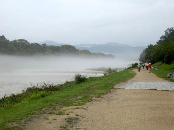 霧にかすむ 鴨川_e0048413_20195494.jpg