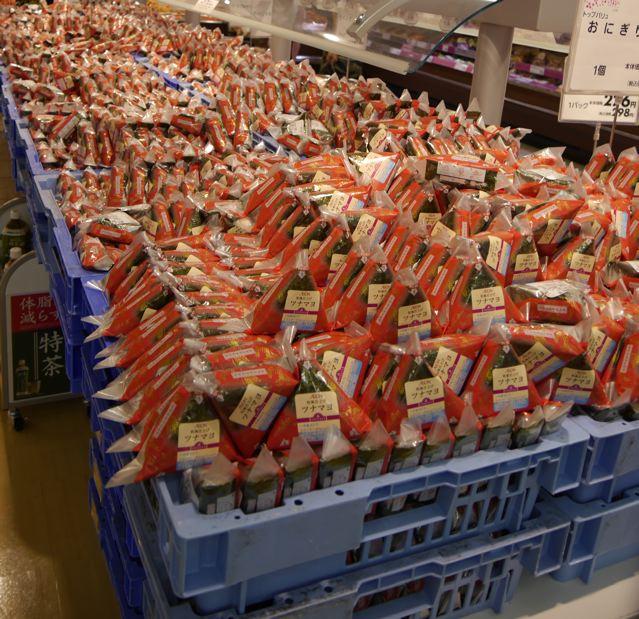 花火大会、会場近くのスーパーに、_f0144003_22052947.jpg