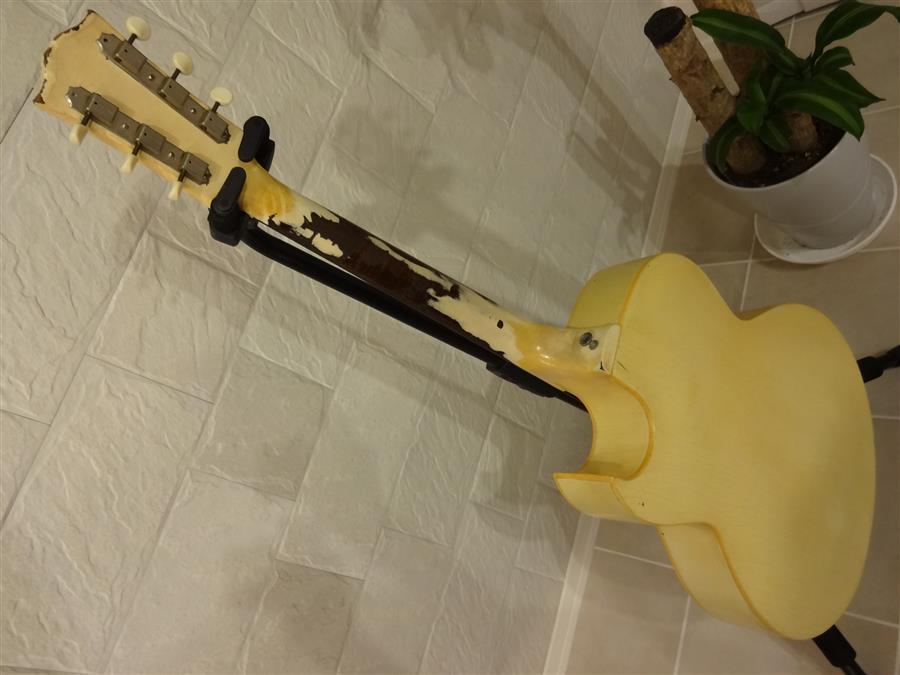 新しい古いギターが来ました。_e0119092_10371490.jpg