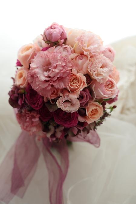 クラッチブーケ ザ・ペニンシュラ東京様へ サーモンピンクのドレスに_a0042928_21522761.jpg