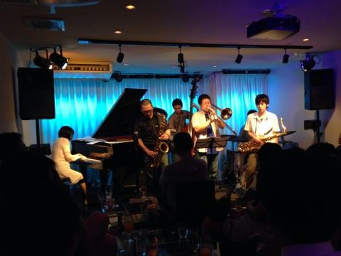 Jazzlive comin 広島 本日月曜日のライブ!_b0115606_11400424.jpg