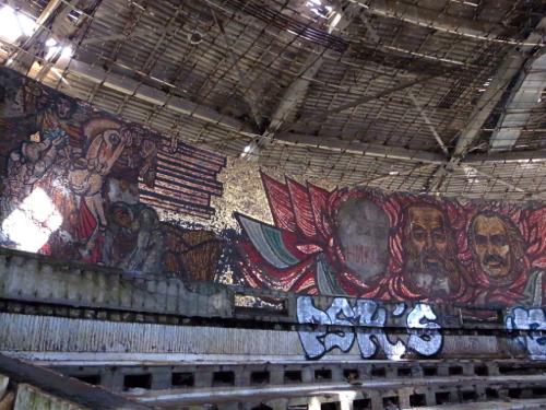 ブルガリア 旧共産党の廃墟_b0141474_1248353.jpg
