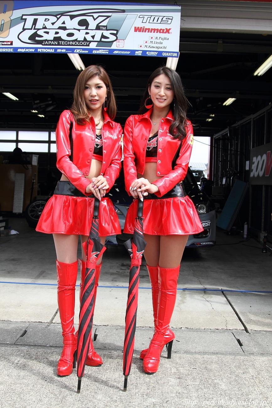 赤いレザースカートがキュートなレースクイーン