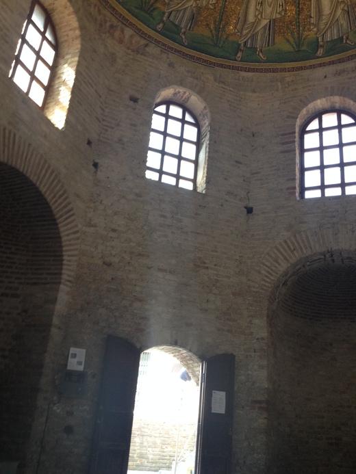 ラヴェンナ3:異端派の洗礼堂_a0136671_8172595.jpg