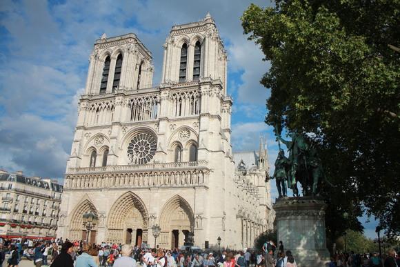 SKY140902パリのシテ島にあるローマ・カトリック教会の大聖堂ノートルダム寺院_d0288367_21544335.jpg