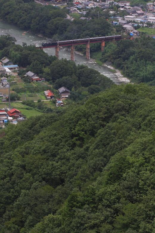 緑の山の向こうの鉄橋を渡る蒸気機関車 - 2014年晩夏・秩父 -   _b0190710_222430.jpg